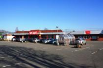 REWE Markt direkt gegenüber.  Öffnungszeiten von 7 Uhr - 24 Uhr.
