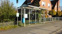 Bushaltestelle, direkt um die Ecke.
