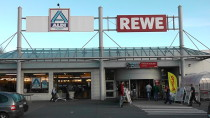REWE Markt und ALDI Markt  Enrfernung ca. 1Km  REWE Markt  von 7 Uhr bis 24 Uhr geöffnet.