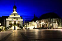 Die Innenstadt  Der Marktplatz bei Nacht. Entfernung ca. 1,5 Km.